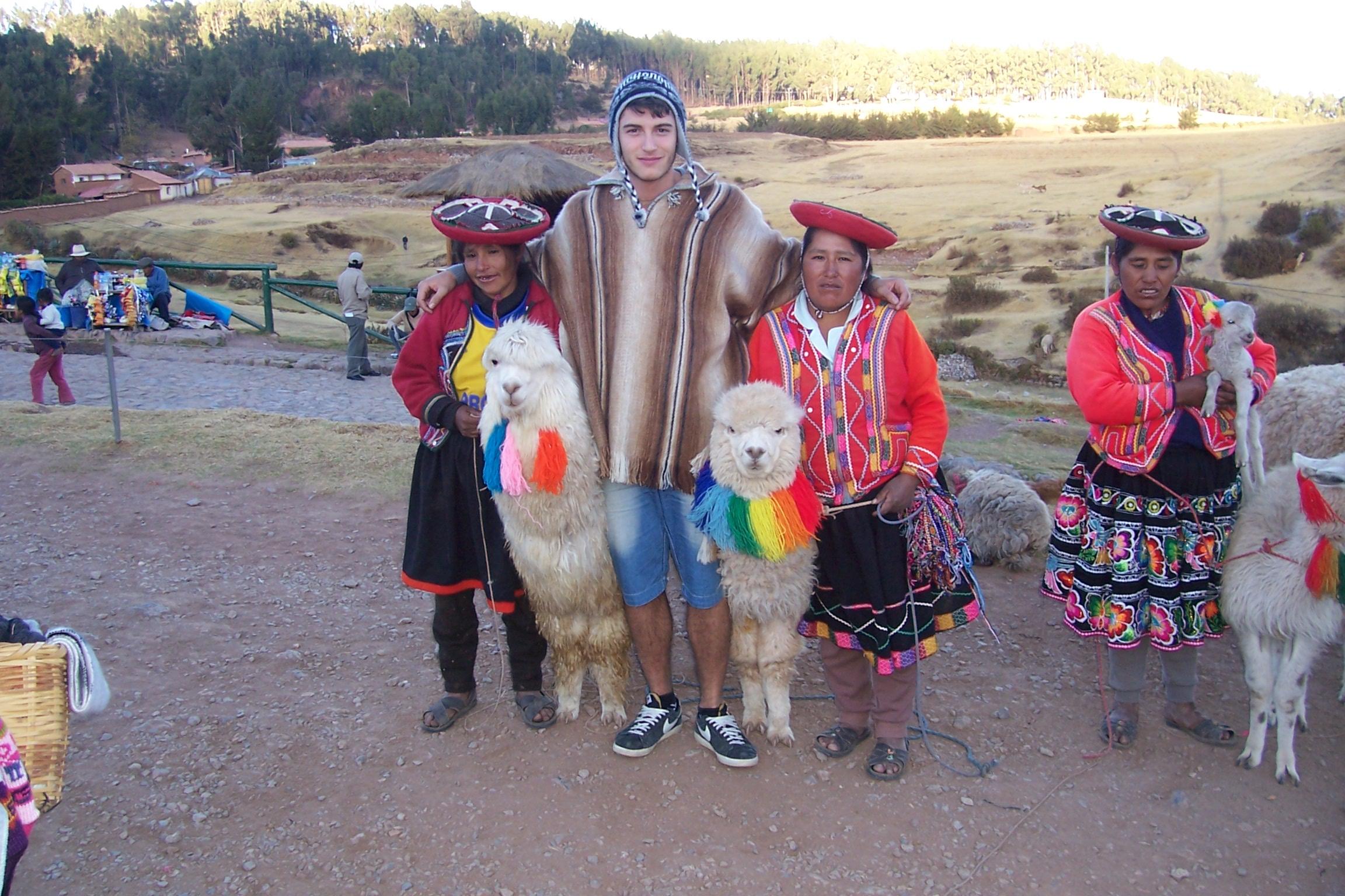 con gli abitanti locali sulle Ande