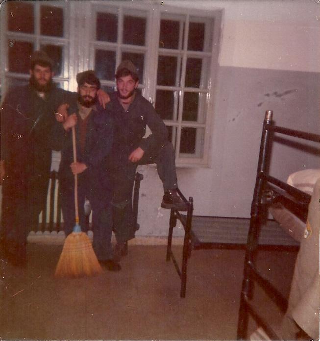 Flavio (primo a destra), insieme a due commilitoni, durante le pulizie della camerata nella caserma di Bressanone