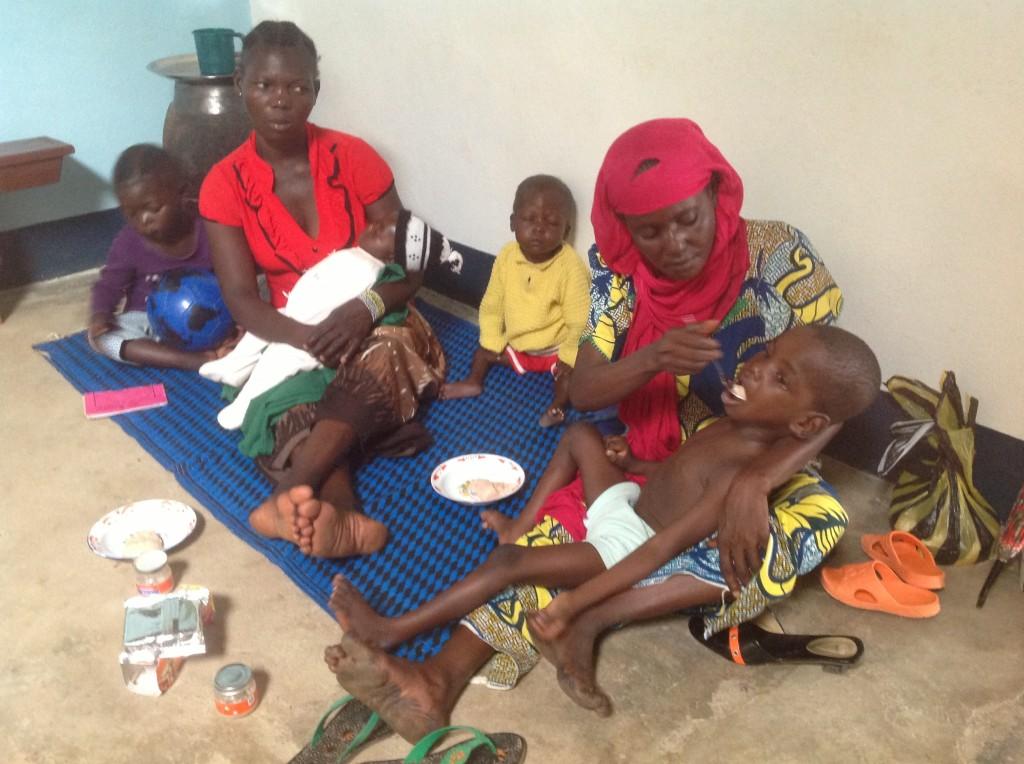 Mamme con i loro bimbi e alcune cose inviate da Ita Kwe