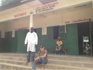 Giuseppe, in pausa, con il nuovo primario dell'ospedale di Bocaranga