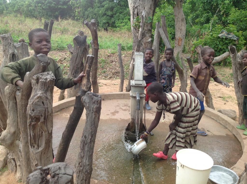 R.C.A. - Bimbi al pozzo per l'acqua