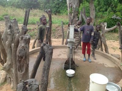Bimbi al pozzo di acqua a Bocaranga