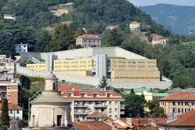 Vista dell'edificio carcerario dal centro Pontedecimo