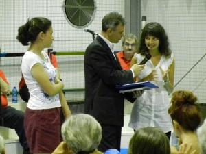 Le socie Emanuela e Francesca descrivono ad Enzo Melillo e a tutti i convenuti, come si svolge il volontariato per collaborare con la San Vincenzo de Paoli