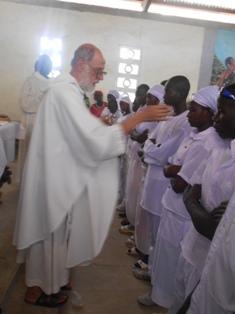 p. Pio Vallarino nella sua comunità parrocchiale. Cerimonie della Pasqua 20 Aprile 2014 a Gorè (Ciad)