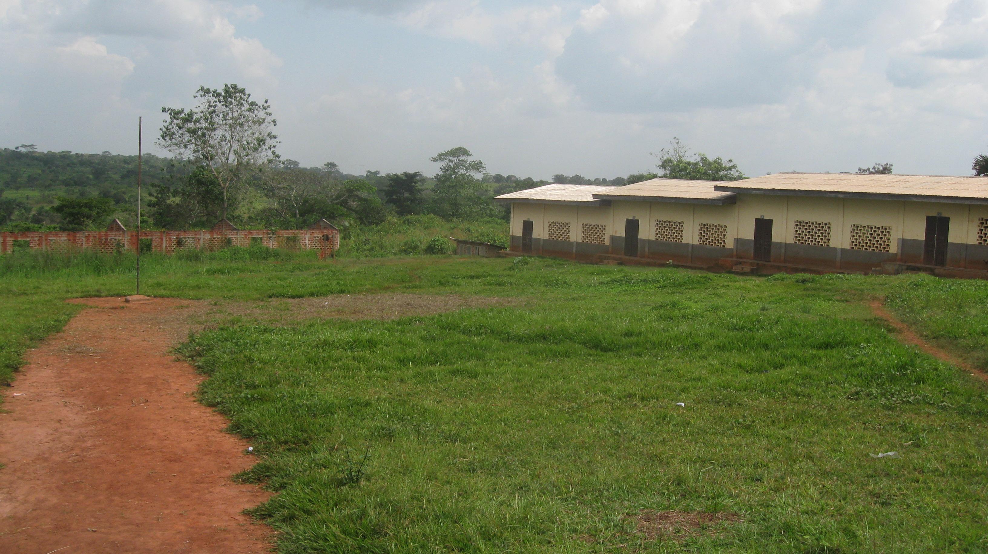 sullo sfondo le tre aule in costruzione, vanno a completare la struttura che sarà composta di n. 8 aule