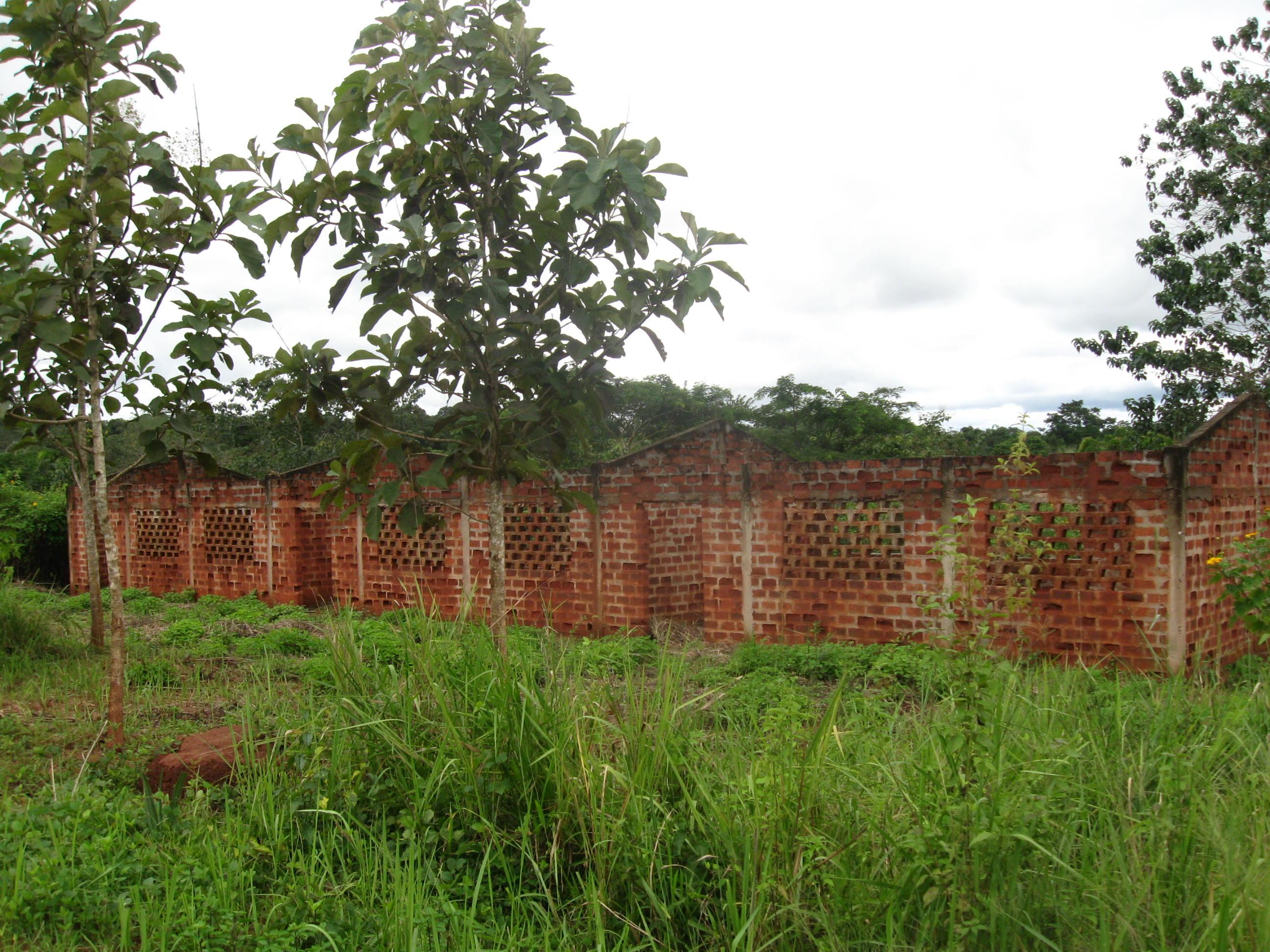 I muri già elevati per le tre aule stanno andando in rovina, tra le piogge e le difficoltà di questi ultimi anni