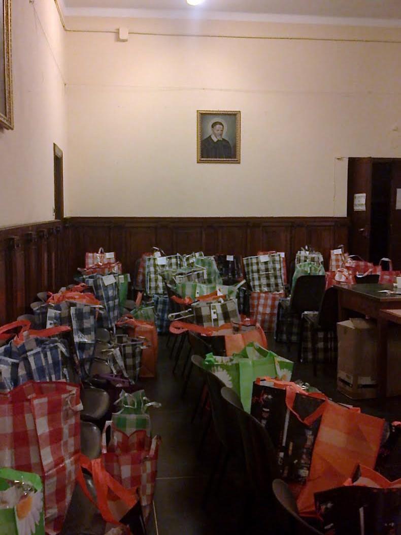 Sacchetti con alimenti per festeggiare il Natale 2014