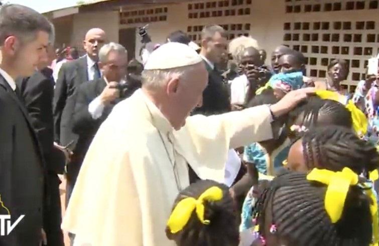 Papa Francesco accolto dai bimbi centrafricani