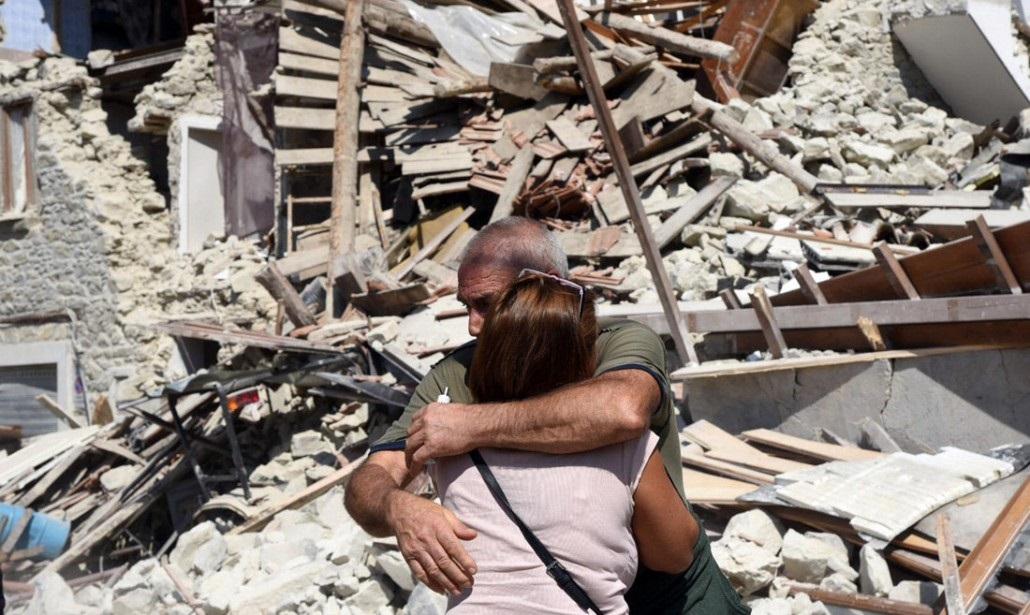 abbraccio alle vittime del terremoto
