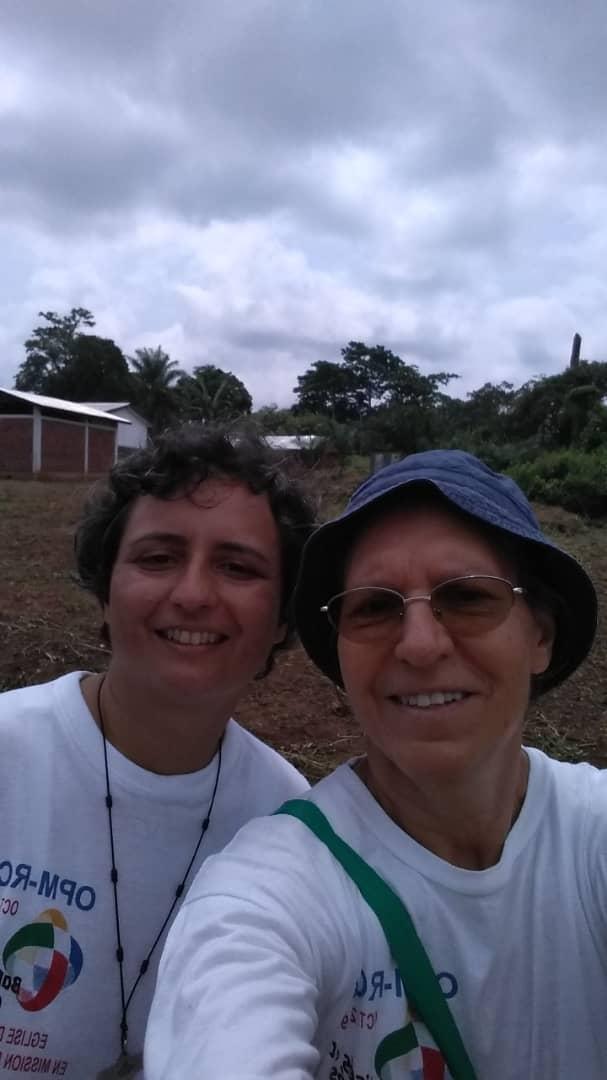 Suor Daniela e suor Luzia sul terreno della scuola St. Pierre a Bagandou